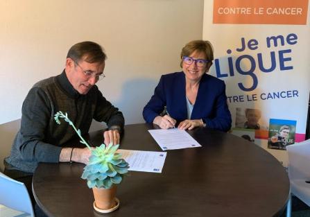 Marie-Pierre Bruschet, directrice de la Caf de la Loire, et Patrick Michaud, président du comité de la Loire de la Ligue contre le cancer, lors de la signature de la charte